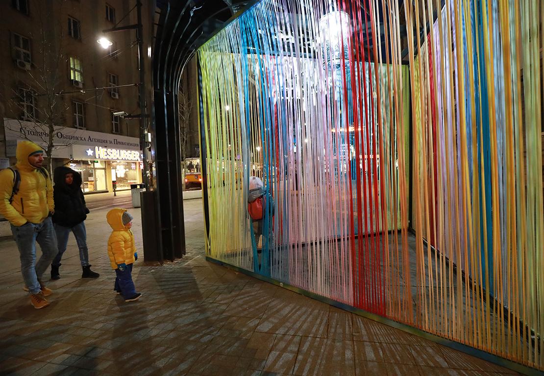 <p>Произведенията в изложбата се основават на художествена интерпретация на материали, форми, цветове и техники, както и на конкретна концепция на художниците. Те целят да привлекат вниманието на широката публика и да взаимодействат чрез своите идеи.</p>