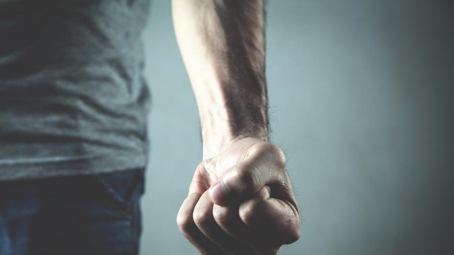 Брутална агресия: Непознат нападна мъж и бременната му приятелка