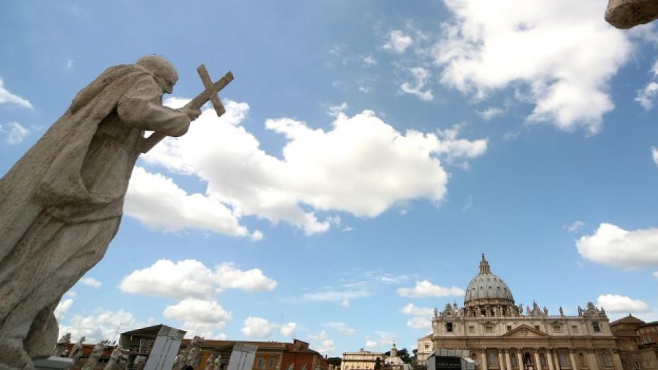 """Изглед към площад """"Свети Петър"""" във Ватикана"""