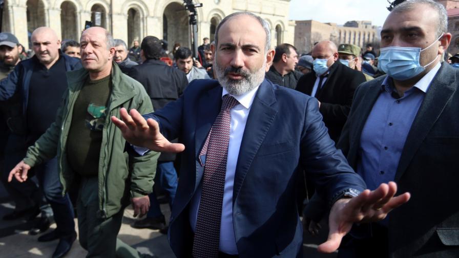 Протестиращи нахлуха в правителствена сграда в Ереван