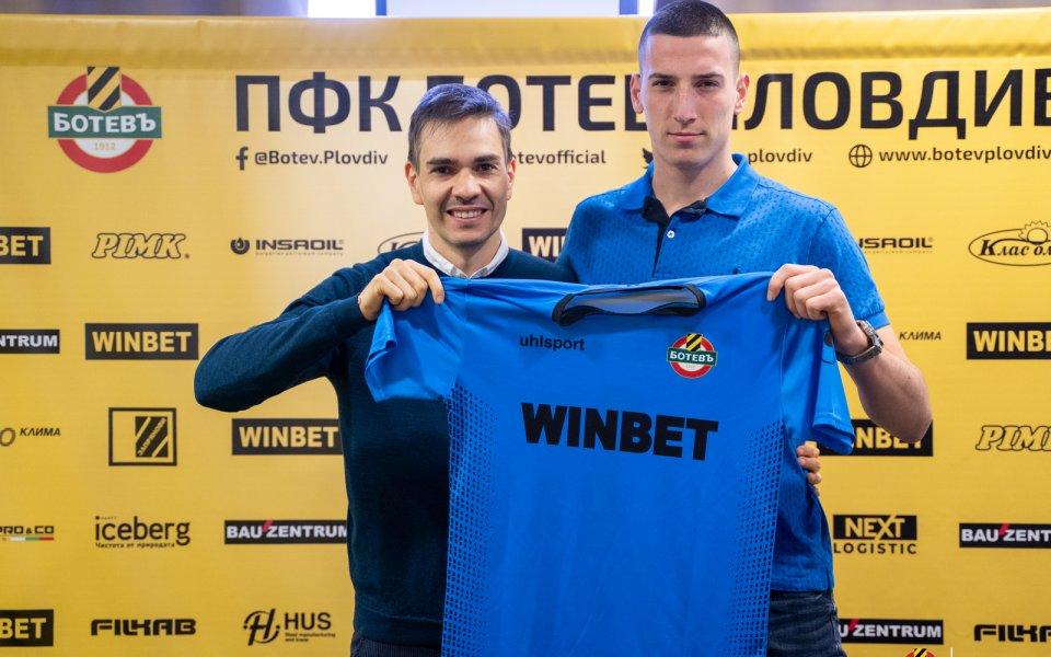 Ботев Пловдивподписа първи професионален договор с юношата Християн Славков. Снажният