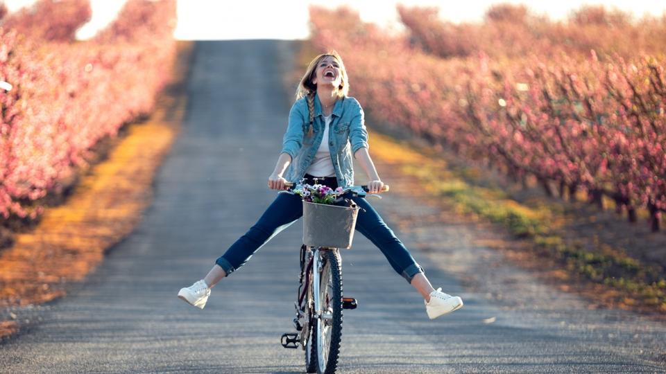 жена пролет природа дървета колело щастие