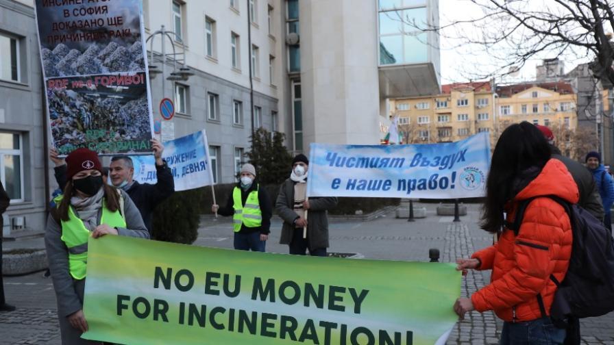 Протест срещу мръсния въздух и изграждането...