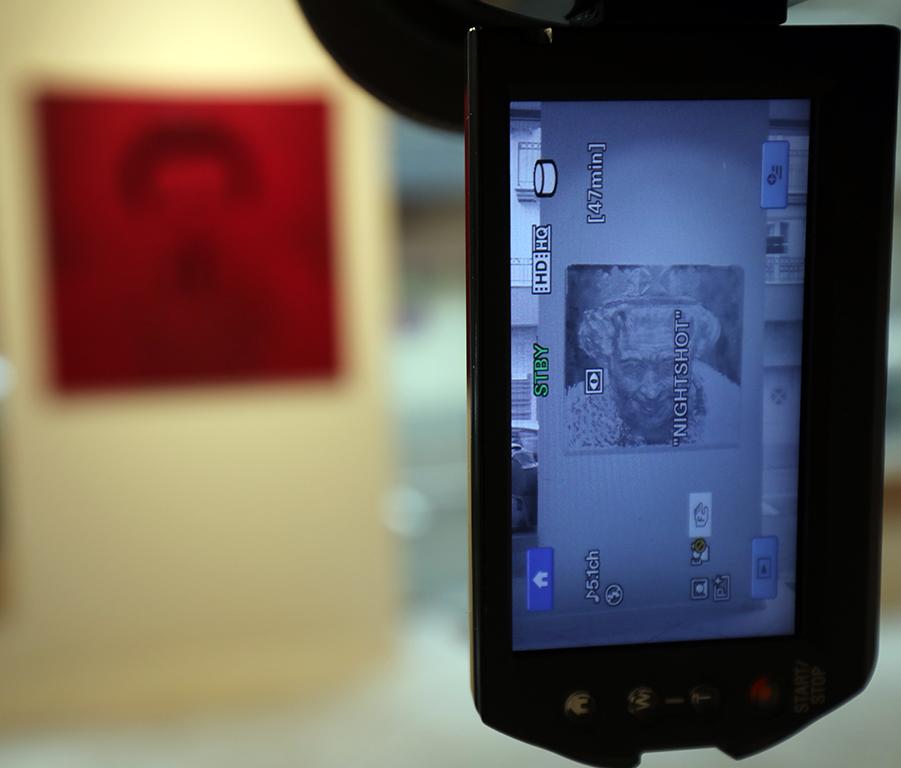 <p>В произведенията, включени в изложбата Петко Дурмана използва основни атрибути от света на изкуството, каквито са картините с портрети и тела, но скрива напълно или частично тяхното съдържание от човешкото око, като го оставя напълно достъпно за технологичното око на машините, а те го показват обратно на хората, курирайки го според възможностите, които ние самите сме им създали за да изпълняват функциите, които отново ние самите сме им задали.</p>