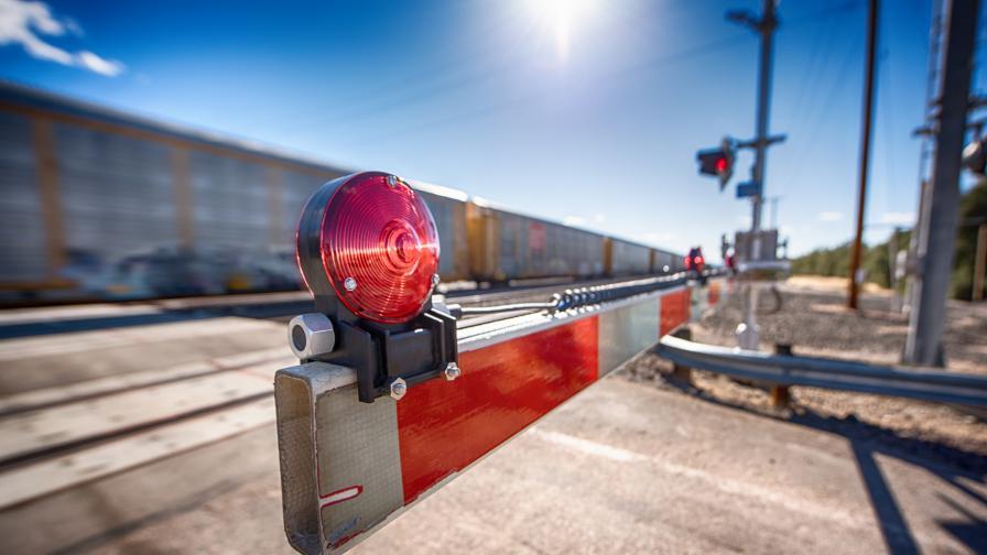 Влак удари кола на жп прелез във Великотърновско