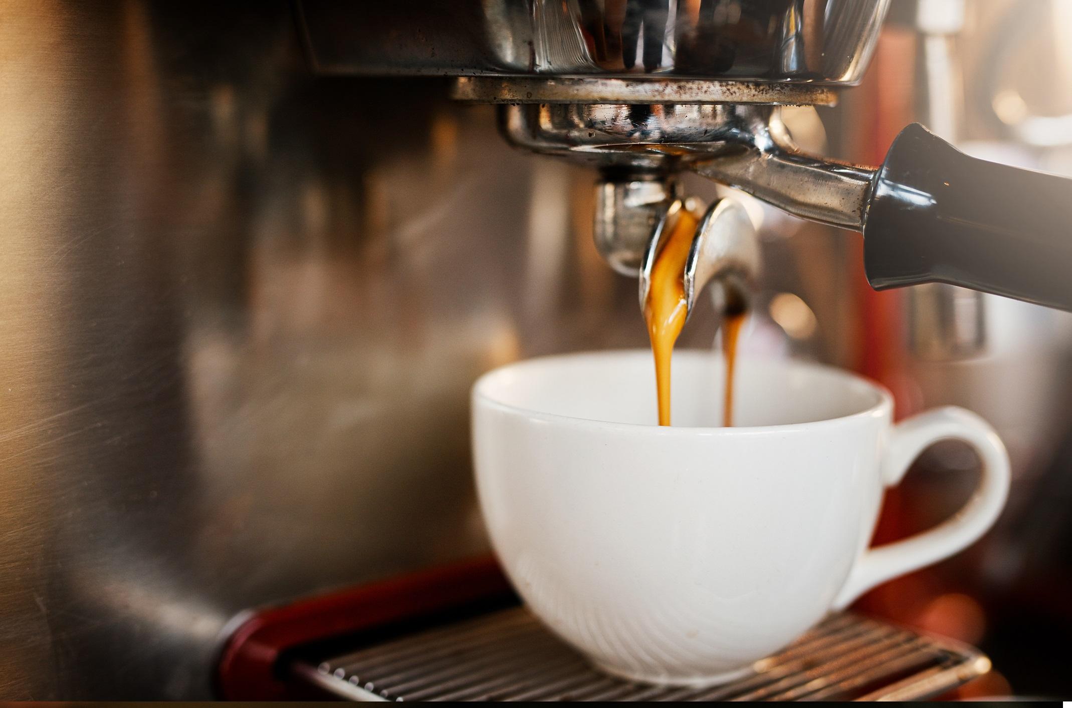 <p><strong>Хора със сърдечни проблеми като аритмия</strong></p>  <p>Тъй като може да причини временно повишаване на кръвното налягане и сърдечната честота, важно е всеки, който има вече съществуващи сърдечни заболявания, да говори със своя лекар за това колко кафе е безопасно да се консумира.</p>