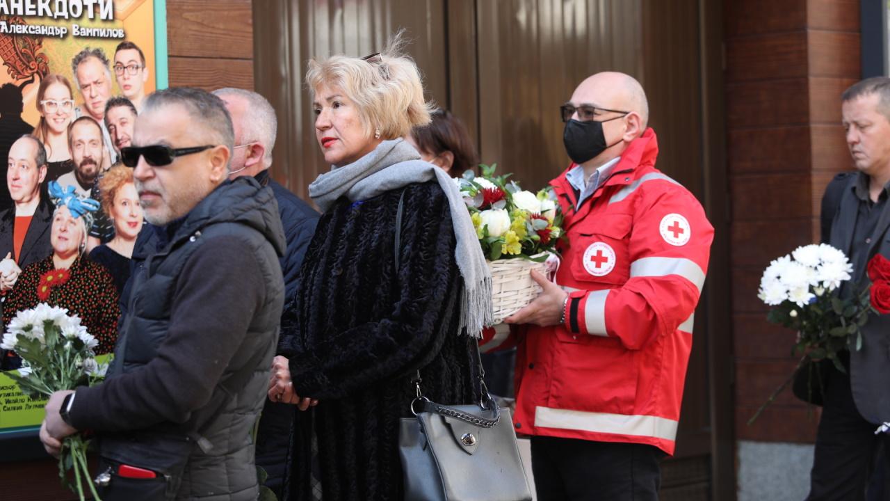 <p>Последно сбогом с голямата българска актриса Татяна Лолова. В 11 часа започна поклонението в &bdquo;Сатиричния театър&rdquo;, където тя играе през по-голямата част от живота си.</p>
