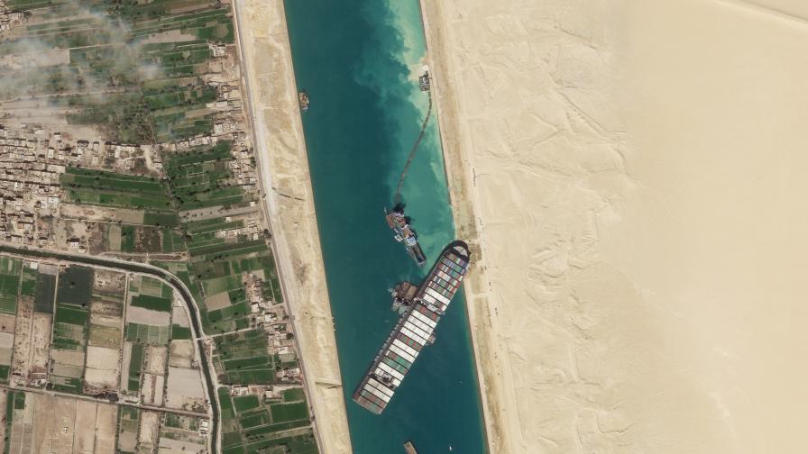 Египет задържа кораба, блокирал Суецкия канал, иска милиард долара