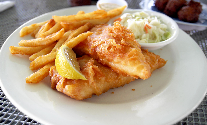 <p><strong>2.Пържени картофки и панирана риба</strong></p>  <p>Хрупкава риба, съчетана с пържени картофки! Не звучи никак зле, нали? По-добре обаче не си и помисляйте за подобна вечеря. Калориите в пържените храни са в пъти повече. Затова винаги е по-добре да изберете риба, приготвена на скара. Яденето на пържени храни често може не само да доведе до наддаване на тегло, но ви излага и на по-голям риск от инсулт или инфаркт. А не си заслужава да рискуваме здравето си заради която и да било храна!</p>