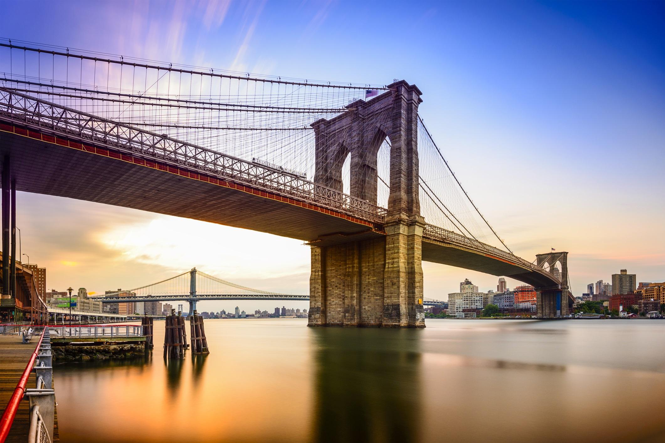 <p><strong>Бруклинският мост (Ню Йорк, САЩ)</strong></p>  <p>Завършен през 1883 г., Бруклинският мост е една от най-известните забележителности на Ню Йорк и също има богата история. Като се има предвид дължината му, жителите на Ню Йорк първоначално са били притеснени да стъпят на конструкцията и този страх е бил засилен, след като инцидент убива 12 души. За да помогне за потушаването на тези тревоги, цирковият артист П. Т. Барнъм дефилира с 21 от слоновете си по дължината на моста, за да докаже, че е безопасно.</p>