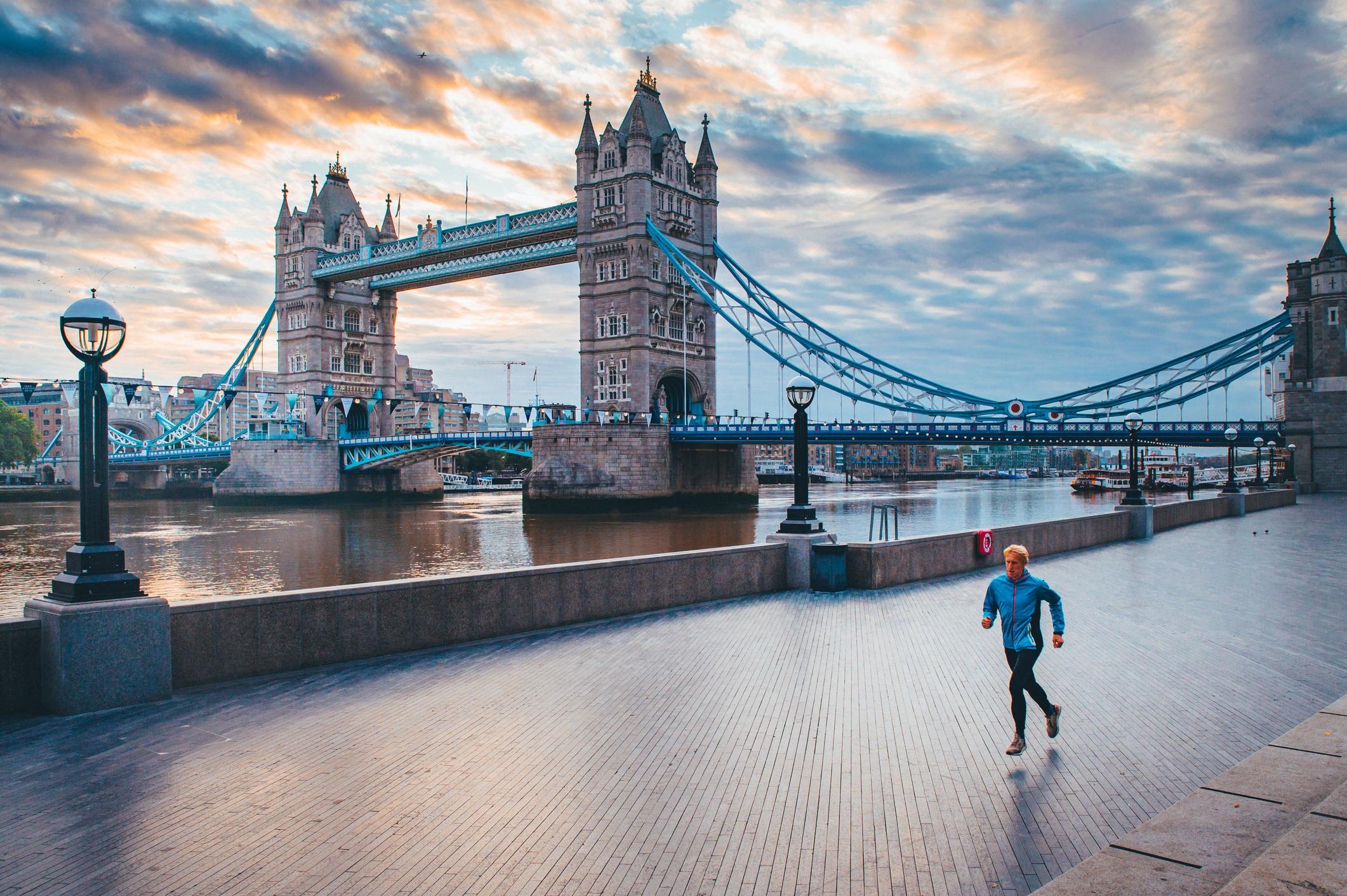<p><strong>Тауър Бридж (Лондон, Англия)</strong></p>  <p>Завършен преди 126 години Тауър Бридж е една от най-разпознаваемите забележителности в Лондон. След завършването си той е един от най-големите бастулни (подвижни) мостове в света и неговите огромни кули и смели сини удължения и до днес остават икона на английската столица.</p>