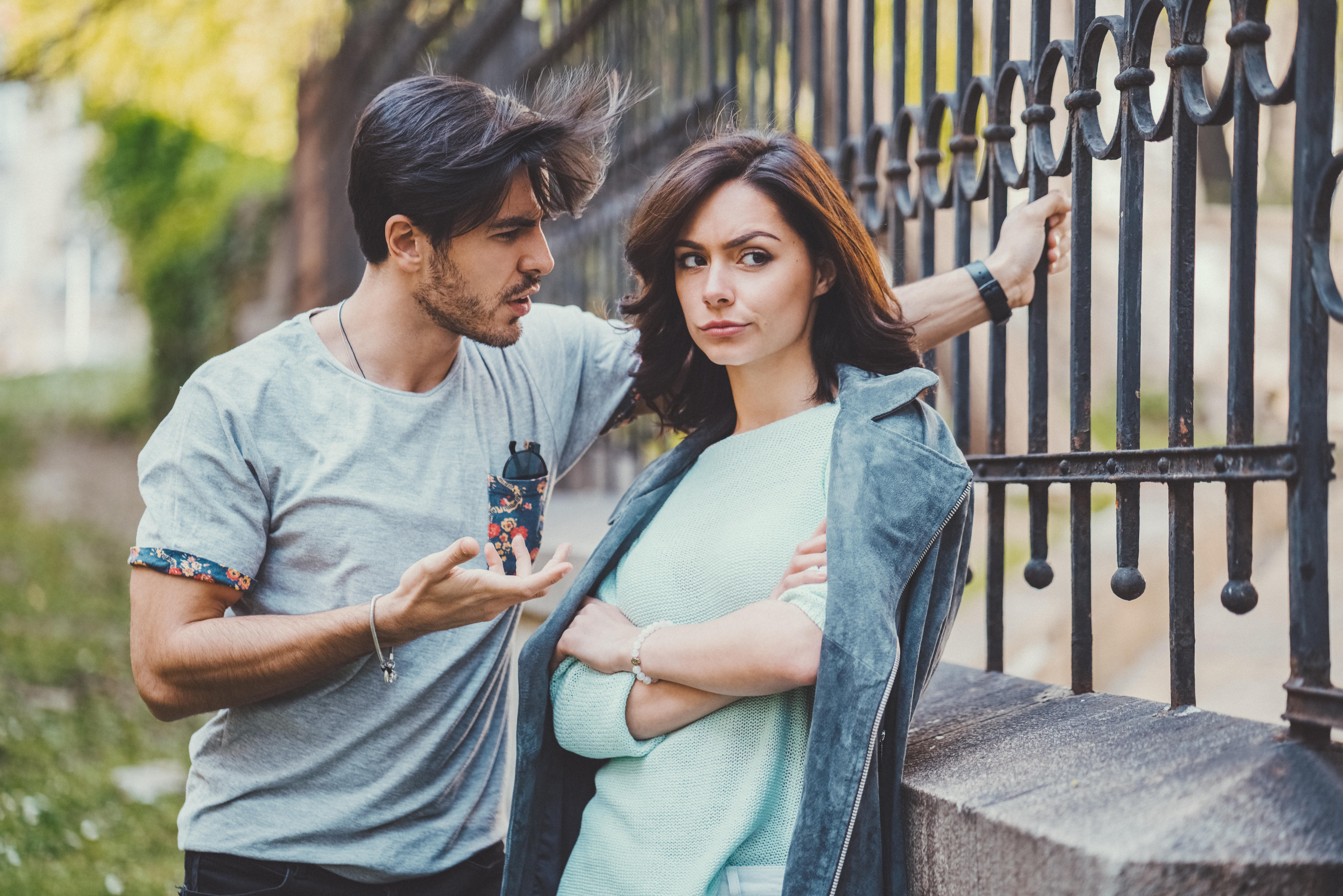 <p><strong>Мъжете, които не могат да се обвързват&nbsp;</strong>- ето тук трябва да осъзнаеш колко струваш и да не позволиш да бъдеш с мъж, който никога няма да е изцяло отдаден само на теб в любовно отношение. Ако той не е съгласен да има сериозна и моногамна връзка с теб, то ти нямаш работа с такъв човек.</p>