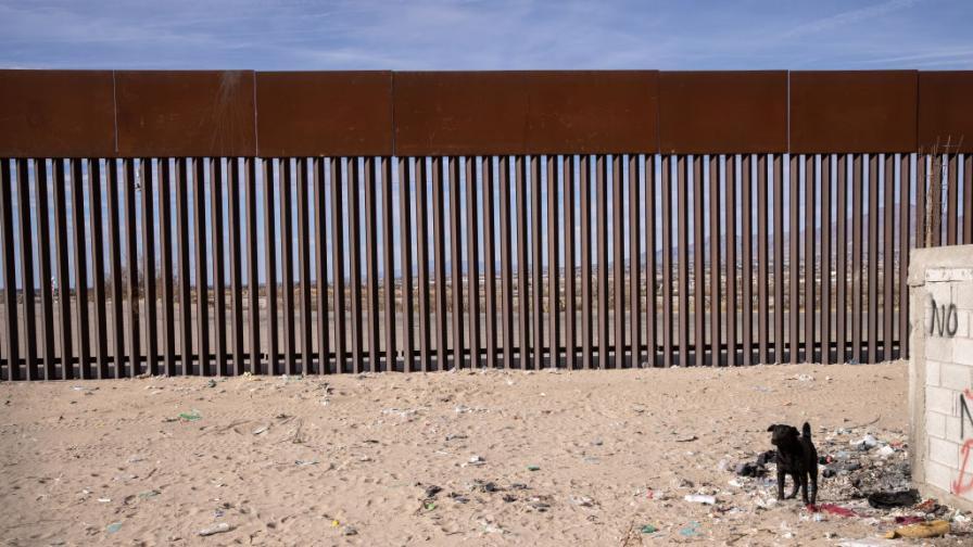 Видео показва как спускат малки деца през 4-метрова ограда