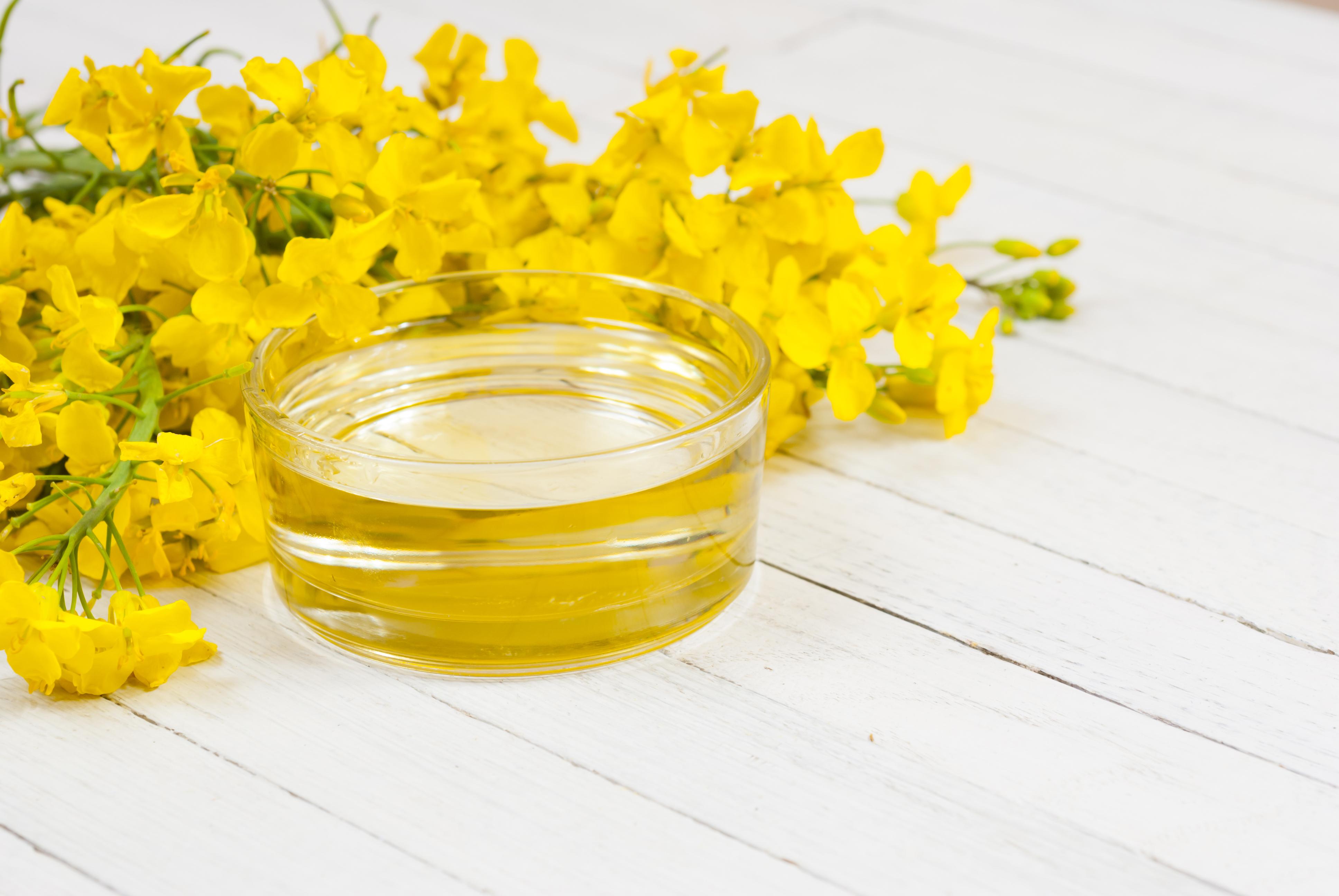 <p><strong>Рапично масло</strong> - това е чудесно масло за готвене, защото вкусът му е неутрален, има лека текстура, висока толерантност към топлина.</p>