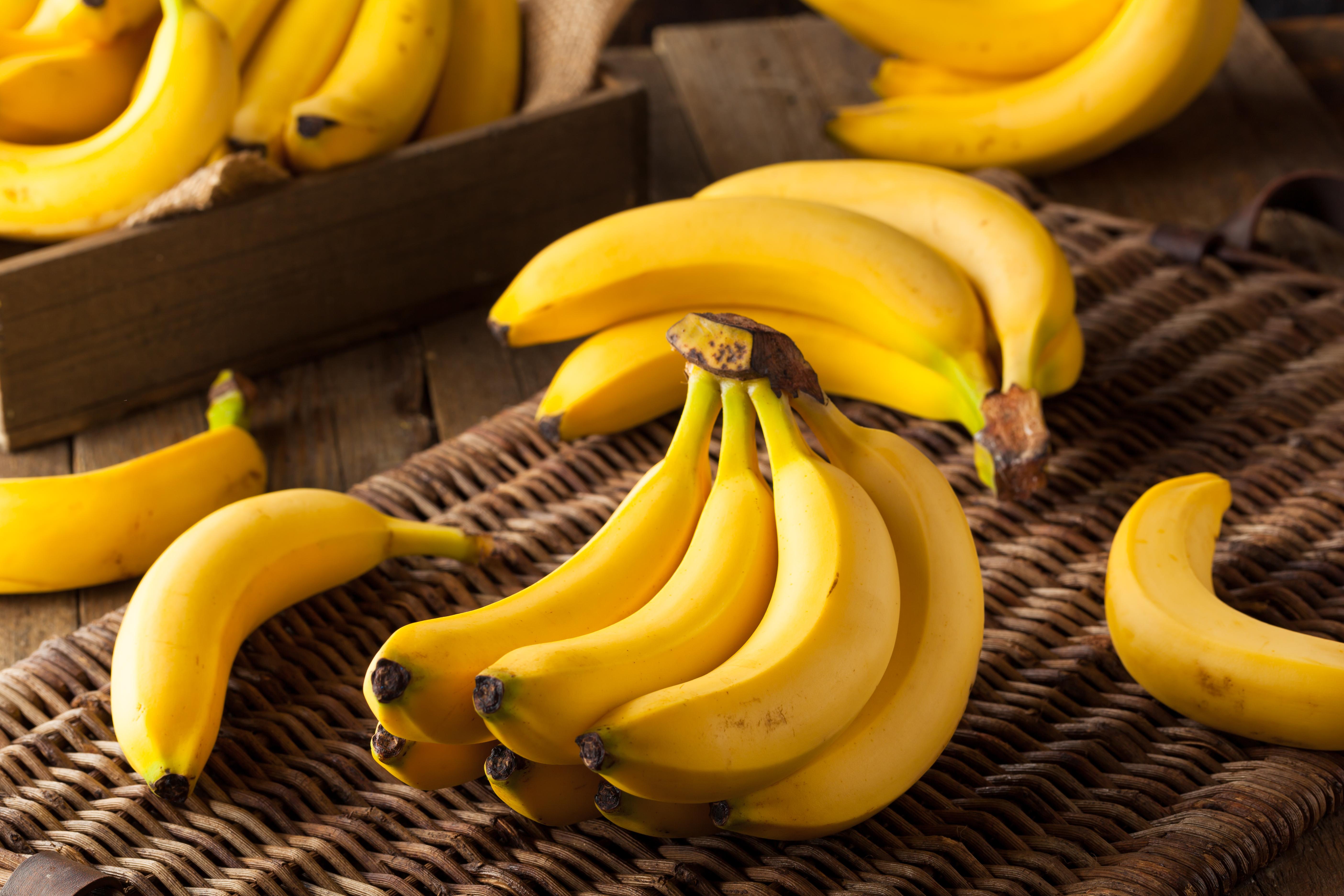 <p><strong>Банани </strong></p>  <p>В състава им има много глюкоза и фруктоза, а освен това и фибри, които позволяват оптимално използване на енергията на въглехидратите. Ако добавите банана към закуската си, ще имате бодрост и сили поне до обяд. Това е отличен вариант и за следобедна закуска, особено при натоварен работен ден.</p>