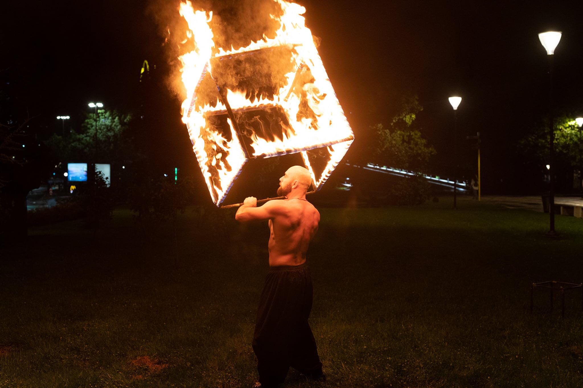 <p>&bdquo;В пламъка всеки от нас вижда нещо от себе си, от предшествениците си, нещо което му напомня, че е жив...&ldquo;, казва огненият артист.</p>