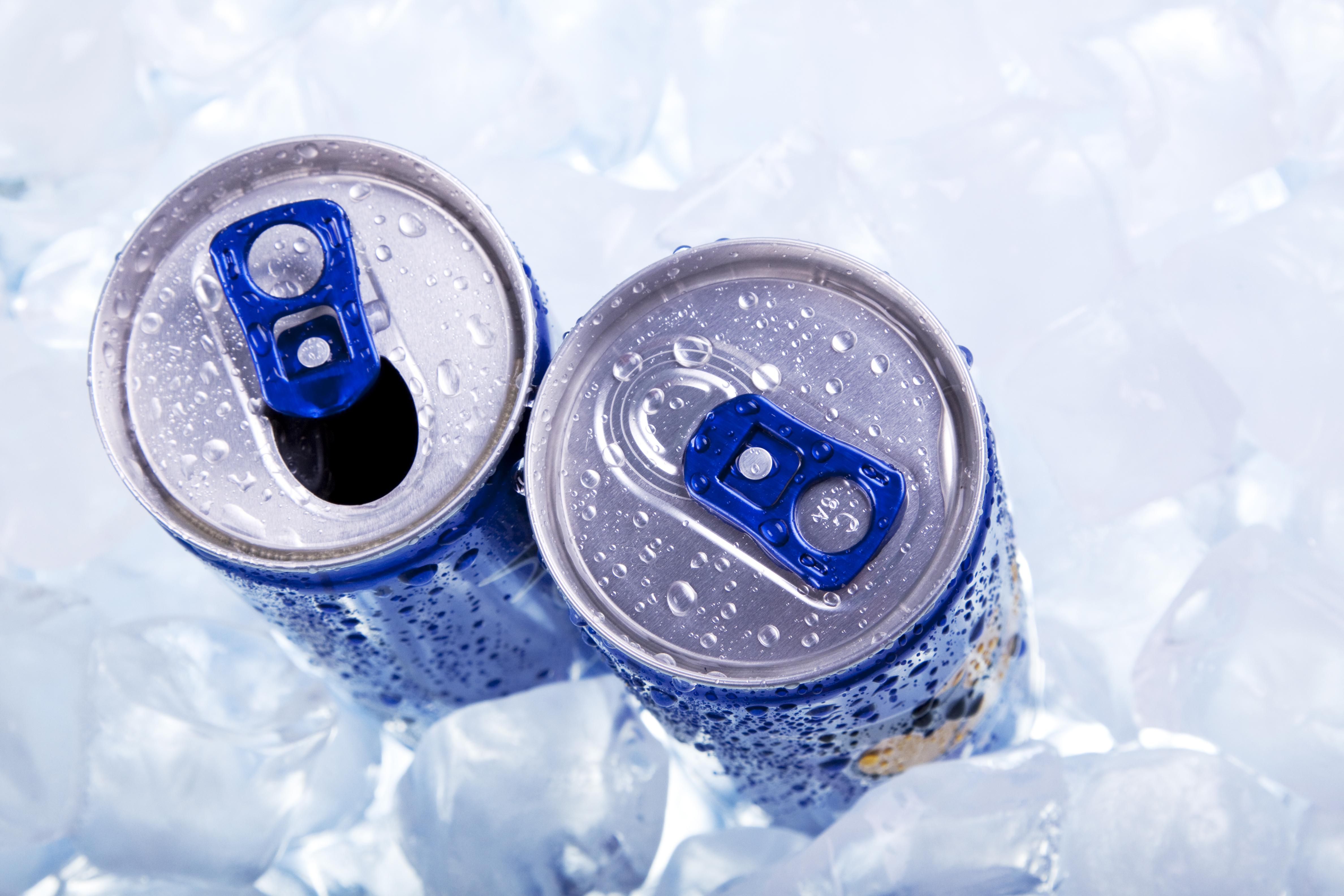 <p>Енергийни напитки Не може да се отрече, че енергийните напитки могат да ви осигурят краткосрочно повишаване на енергията. Дори някои проучвания показват, че енергийните напитки могат да повишат концентрацията и паметта с около 24%. В състава им обаче често е включен коктейл от стимулиращи съставки. Изследователите приписват ефекта, който те оказват върху енергията ни най-вече на захарта и кофеина, които съдържат. А както споменахме по-рано, консумацията на големи количества добавени захари може да доведе до скок на енергията ви, след което тя рязко да спадне и да ви накара да се почувствате по-уморени от преди да консумирате напитката.</p>