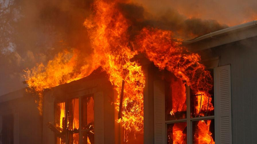 Огромен пожар в Пазарджик, жена загина, двама са обгазени, а десетки евакуирани