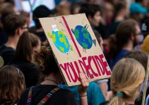 Над 100 000 в Париж протестираха с искане за по-амбициозен закон за климата