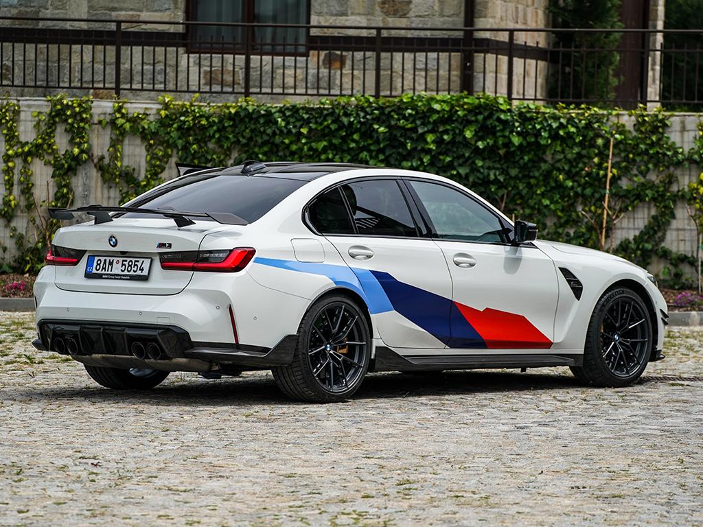 Съществуват спортни автомобили, в които съм сядал, карал и влюбвал, дори карането да е било само едно кръгче за овации. Има други, които човек (и аз в това число) пожелава само заради външността им. Но има и една трета група, към които спада BMW M3: това са култовите модели, за които заклетите фенове мечтаят по инерция.