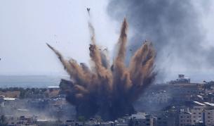 Въздушен удар разруши 11-етажна сграда с офиси на световни медии в Газа