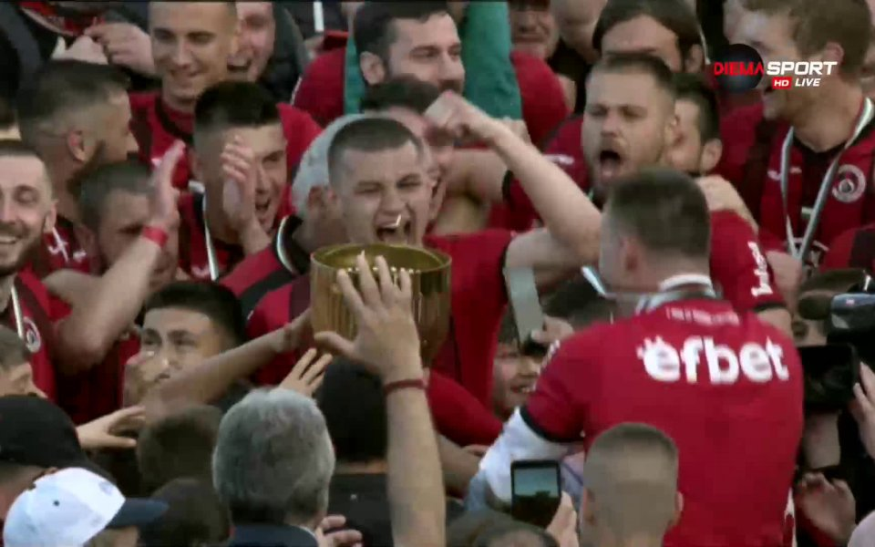 Наградиха Локомотив София за второто място във Втора лига.
