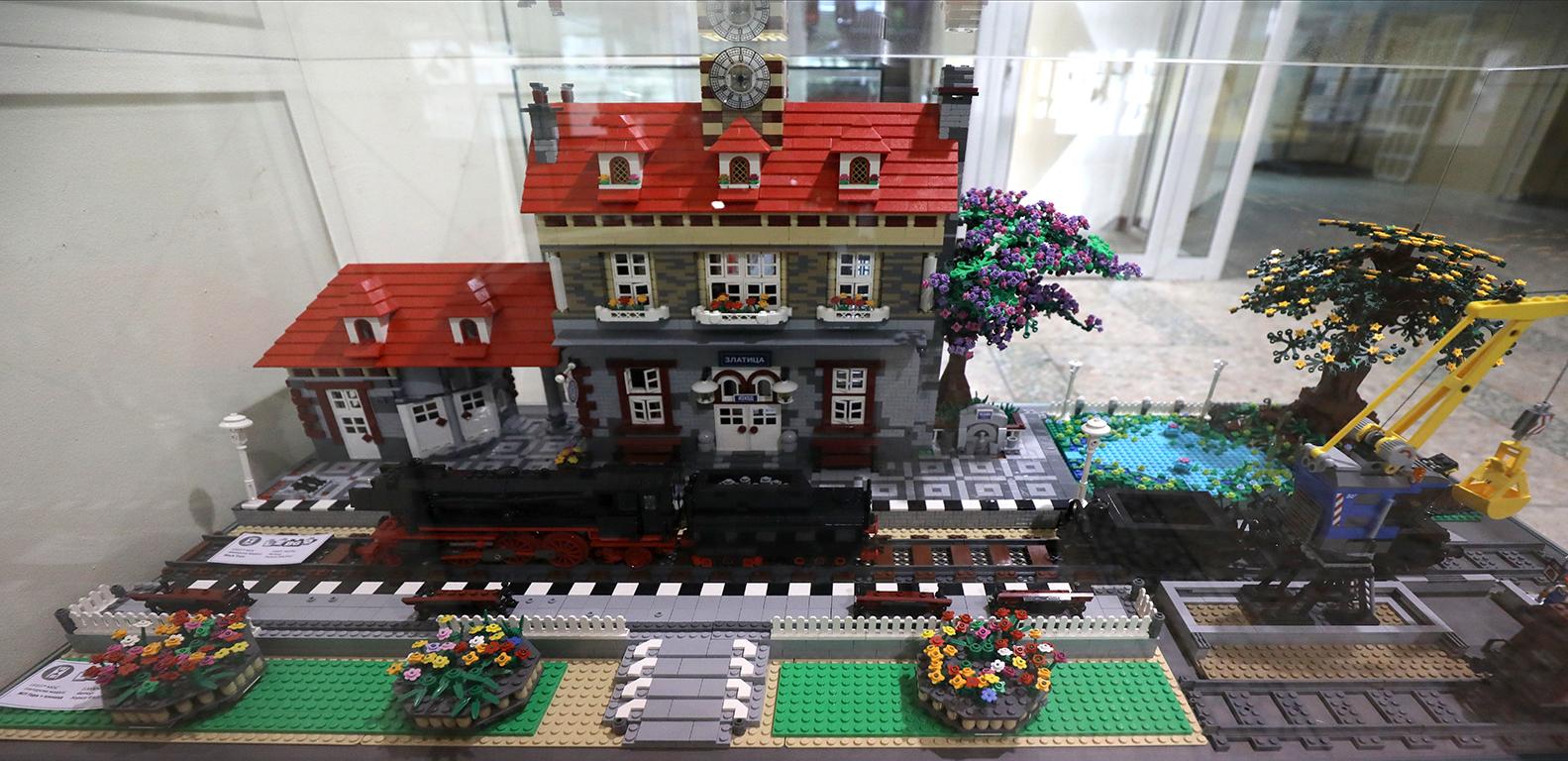 <p>Изложбата &bdquo;Лего влакове&rdquo;, може да бъде видяна до месец септември в Националния политехнически музей (НПТМ) на ул.&quot;Опълченска&quot; 66, (между ул. &quot;Цар Симеон&quot; и бул.&quot;Сливница&quot;, срещу супермаркет БИЛЛА и бензиностанция OMV) в София, като се спазват всички необходими мерки за безопасност</p>