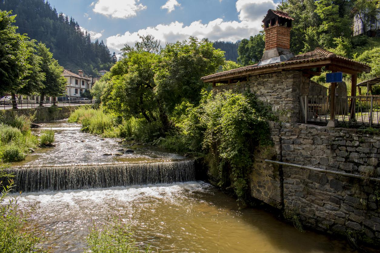 <p><strong>Село Широка лъка</strong> - намира се в Родопите и получило името си от старобългарската дума &bdquo;лъка&rdquo; &ndash; извивка, кривина, лъкатушене. Широка лъка е известна със своите красиви, автентични къщи, разположени амфитеатрално от двете страни на реката. Селото е прочуто и със съхранения си фолклор. Тук са се родили едни от най-известните певци и гайдари на родопския фолклор.</p>