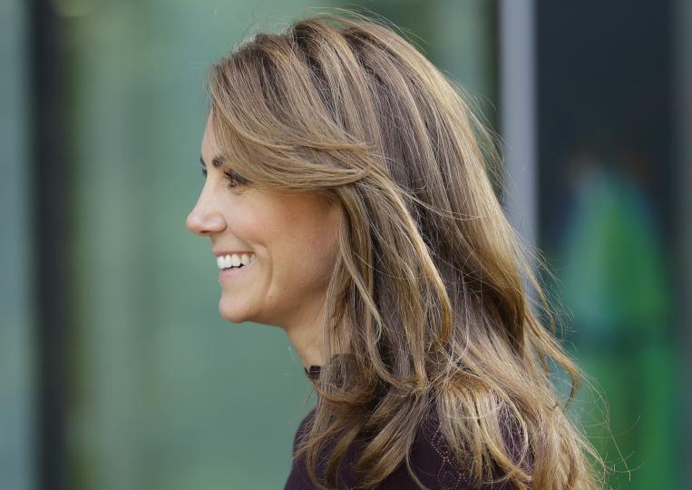 <p><strong>Тайна за идеален цвят на косата</strong></p>  <p>Цветът на Кейт е перфектната натурална комбинация от естествени тонове. Кестенявата основа се прелива от различни брюнетни нюанси, а ефектът е деликатен лукс. Дългогодишният стилист на херцогинята Ричард Уорд споделя как да постигнем съвършения цвят: &bdquo;Попитайте фризьора си за боя в три различни подтона &ndash; един по-светъл от естествения ви цвят, един в същия и един малко по-тъмен, за да създадете мулти-тонален ефект в същите нюанси. Боядисването на няколко кичура коса в различни нюанси придава много по-естествен вид.&ldquo;</p>