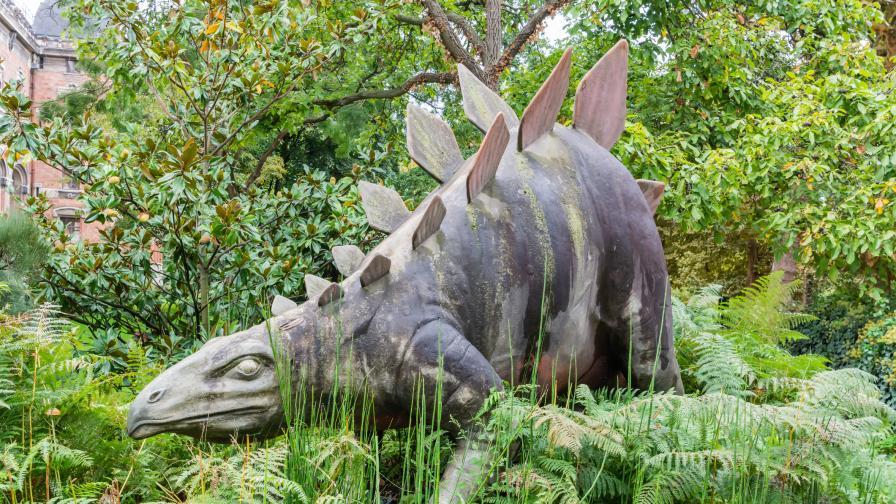 Статуя на динозавър в Париж