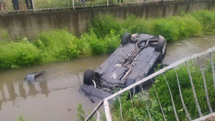 Пиян шофьор се обърна с колата си в коритото на река