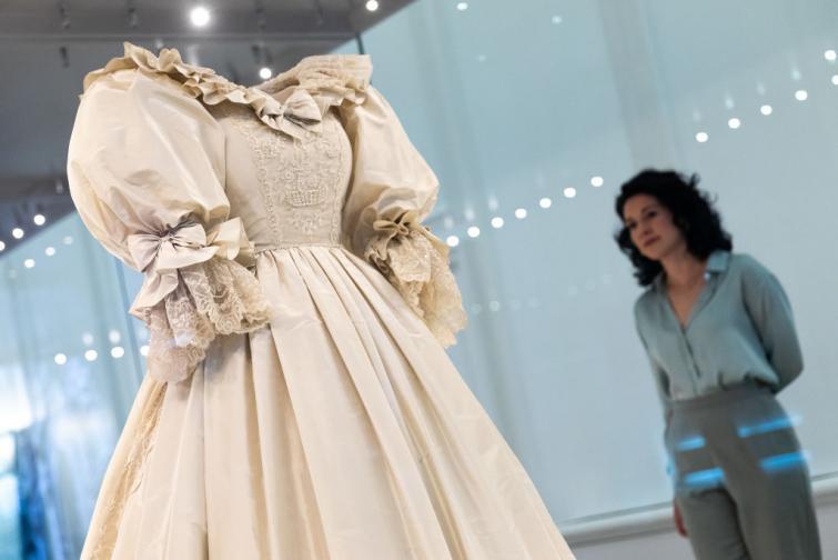 Показват сватбената рокля на принцеса Даяна в двореца Кенсингтън