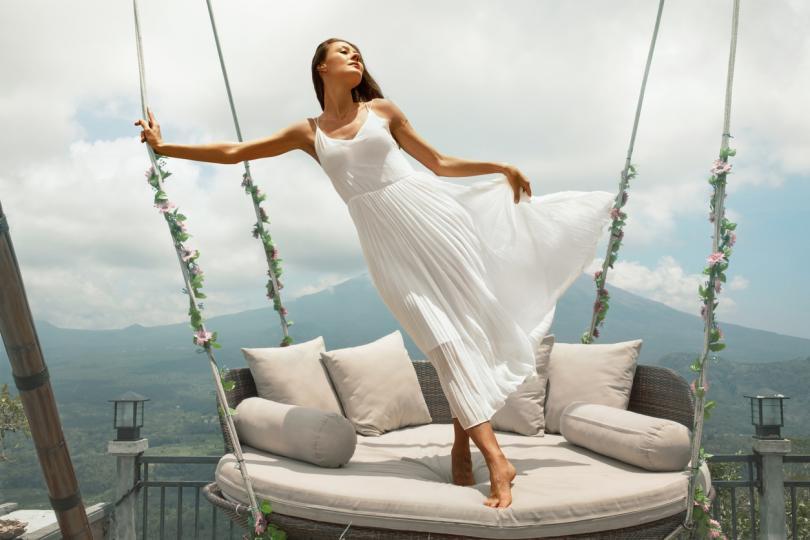 <p><strong>Бяла рокля</strong></p>  <p>Съгласни сме, че този цвят е много красив и перфектно се връзва с карамеления ви&nbsp;тен. Днес обаче&nbsp;има място само за една бяла рокля и това е тази на булката. Вместо това изберете модел в бледорозово, бебешко синьо или шампанско.&nbsp;</p>