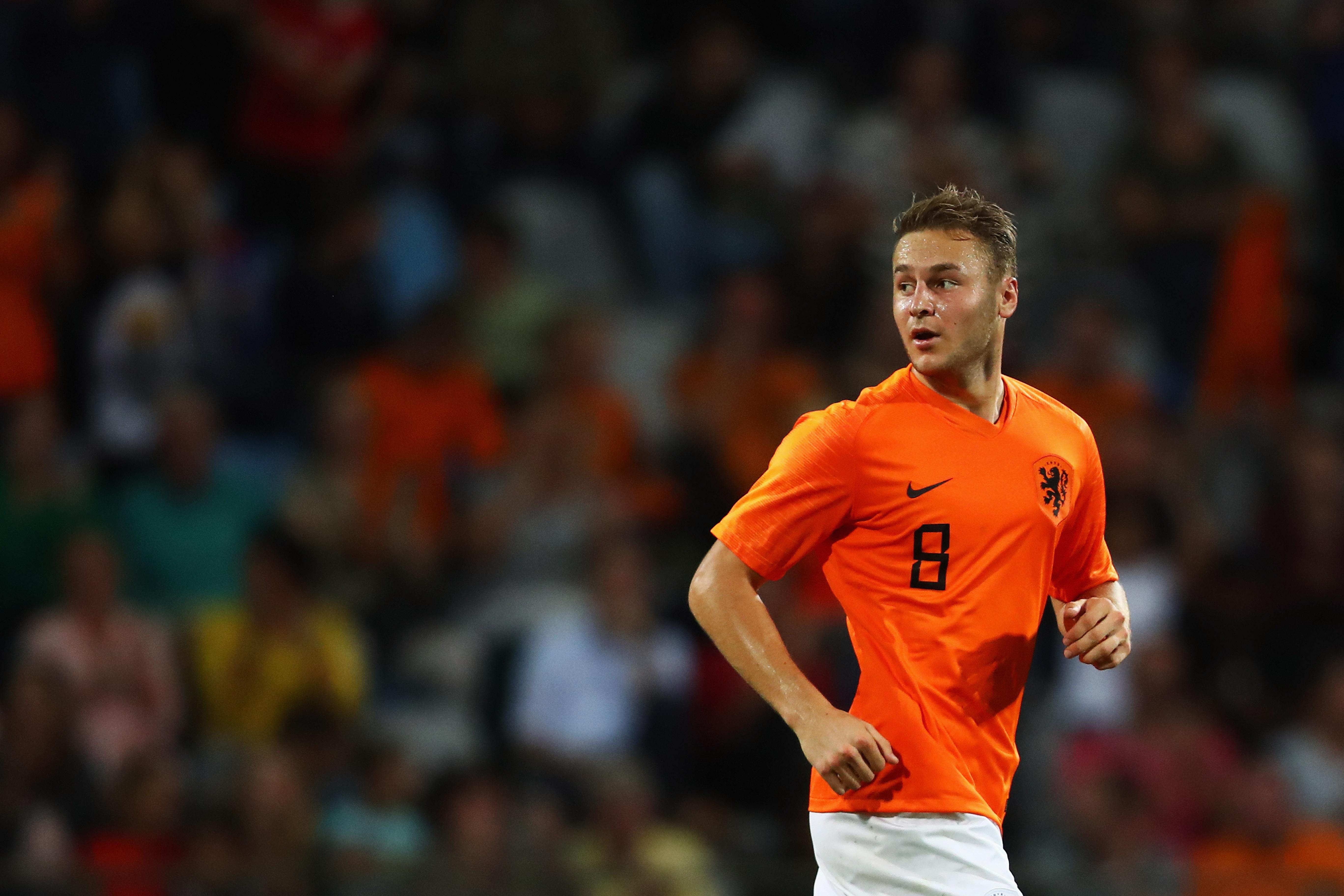 <p><strong>Теун Копмейнерс</strong><br /> Държава: Холандия<br /> Години: 23<br /> Позиция: полузащитник<br /> Отбор: АЗ Алкмар<br /> С над 100 мача във Висшата дивизия на Холандия, Копмейнер е един от най-опитните играчи в Младежкия национален отбор по футбол. В 27 мача от лигата той е вкарал 15 гола и е записал 5 асистенции. В началото на сезона Копмейнерс е все по-спряган с трансфер във Висшата лига или Лига 1, а след участието му в Европейското първенство това изглежда напълно възможно развитие на кариерата му.&nbsp;</p>