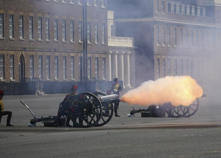 Кралица Елизабет II прие военния парад в чест на официалния