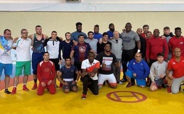 Гриша Ганчев изгледа тренировката на борците с кубинците в Тетеван