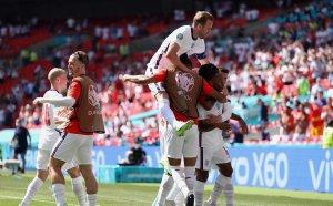 """Англия матира Хърватия, Стърлинг герой за """"трите лъва"""""""