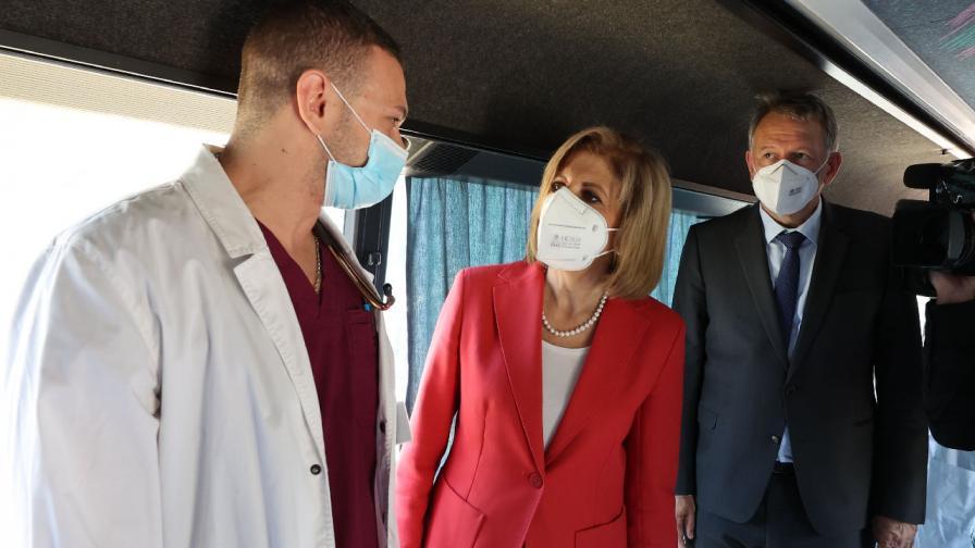 """Министърът на здравеопазването Стойчо Кацаров и европейският комисар по здравеопазването и безопасност на храните Стела Кириакиду посетиха ваксинационния кабинет в столичната болница """"Св.Анна"""""""