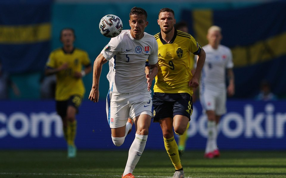 Националните отбори на Швеция и Словакия играят при