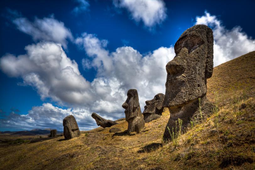 <p>Великденският остров, известен със своите &bdquo;моаи&ldquo;, големите каменни статуи, които на практика са синоним на името му, е наричан още Рапа Нуи. Островът някога е бил дом на процъфтяващо и трудолюбиво, но не и особено голямо население. По времето, когато европейските изследователи откриват острова, населението намалява драстично, вероятно в резултат на прекомерното изсичане на местните палми. Въпреки всичко, Великденският остров и неговата уникална култура и статуи през вековете остават все толкова поразителни.</p>