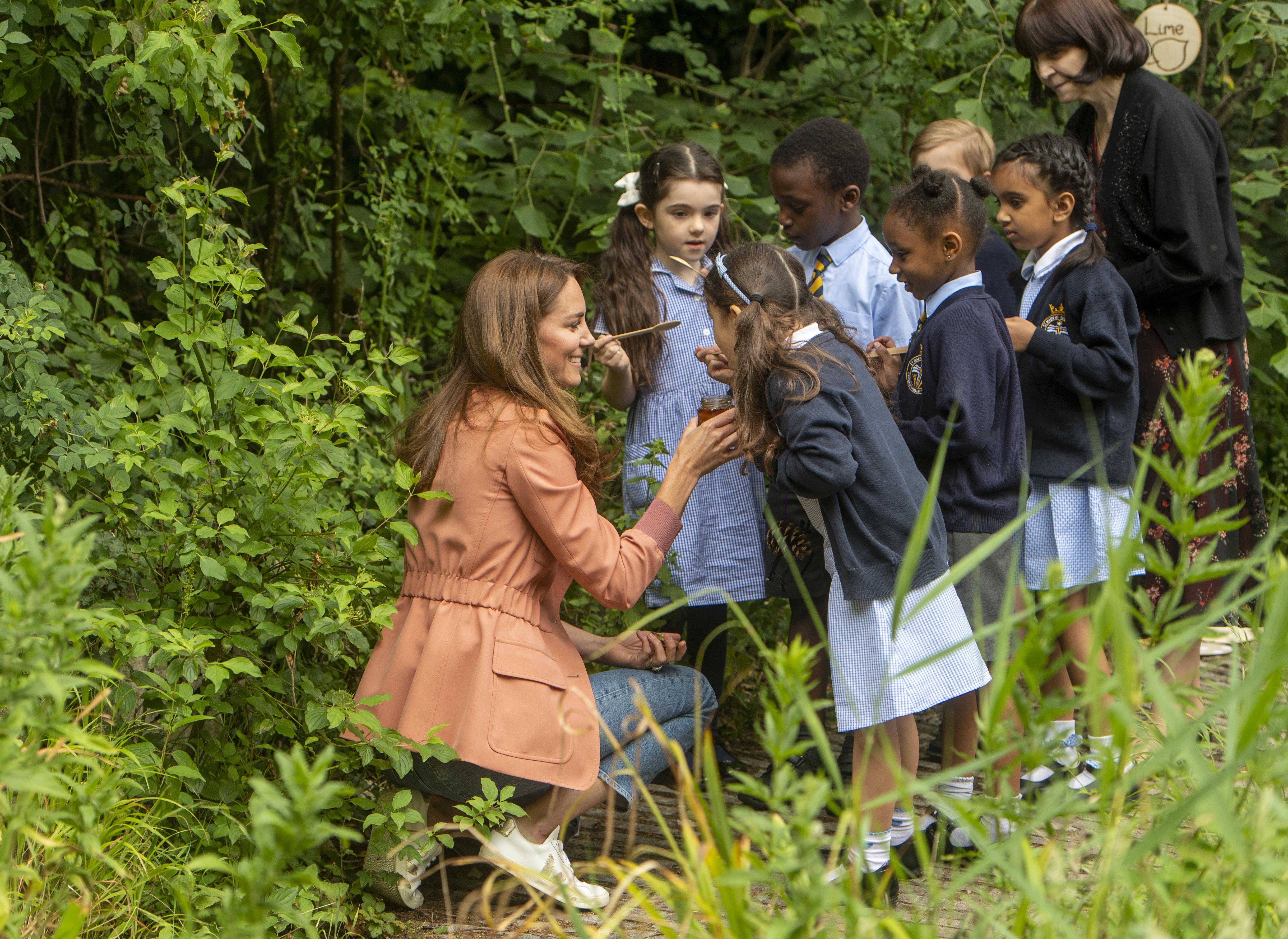 <p>Херцогинята на Кеймбридж Кейт Мидълтън изненада ученици със сладък подарък, когато отиде да посети Природонаучния музей в Южен Кенсингтън.</p>