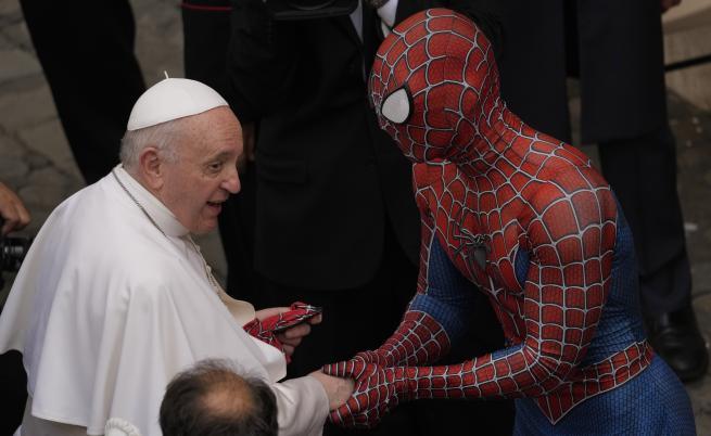 Спайдърмен се появи на традиционната обща аудиенция при папа Франциск във Ватикана