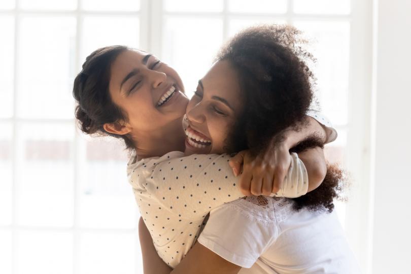 <p><strong>Платонични сродни души</strong></p>  <p>Това е най-често срещаният тип връзка. Това са хората в живота ви, които сте избрали, защото интересите, вкуса ви, ценностите, егото един на друг са в хармония. Понякога се създава и малко &quot;триене&quot; между двамата. Платоничните сродни души понякога стават и романтични партньори, въпреки че не са подходящи един за друг. Все пак виждате света по много сходен начин.</p>