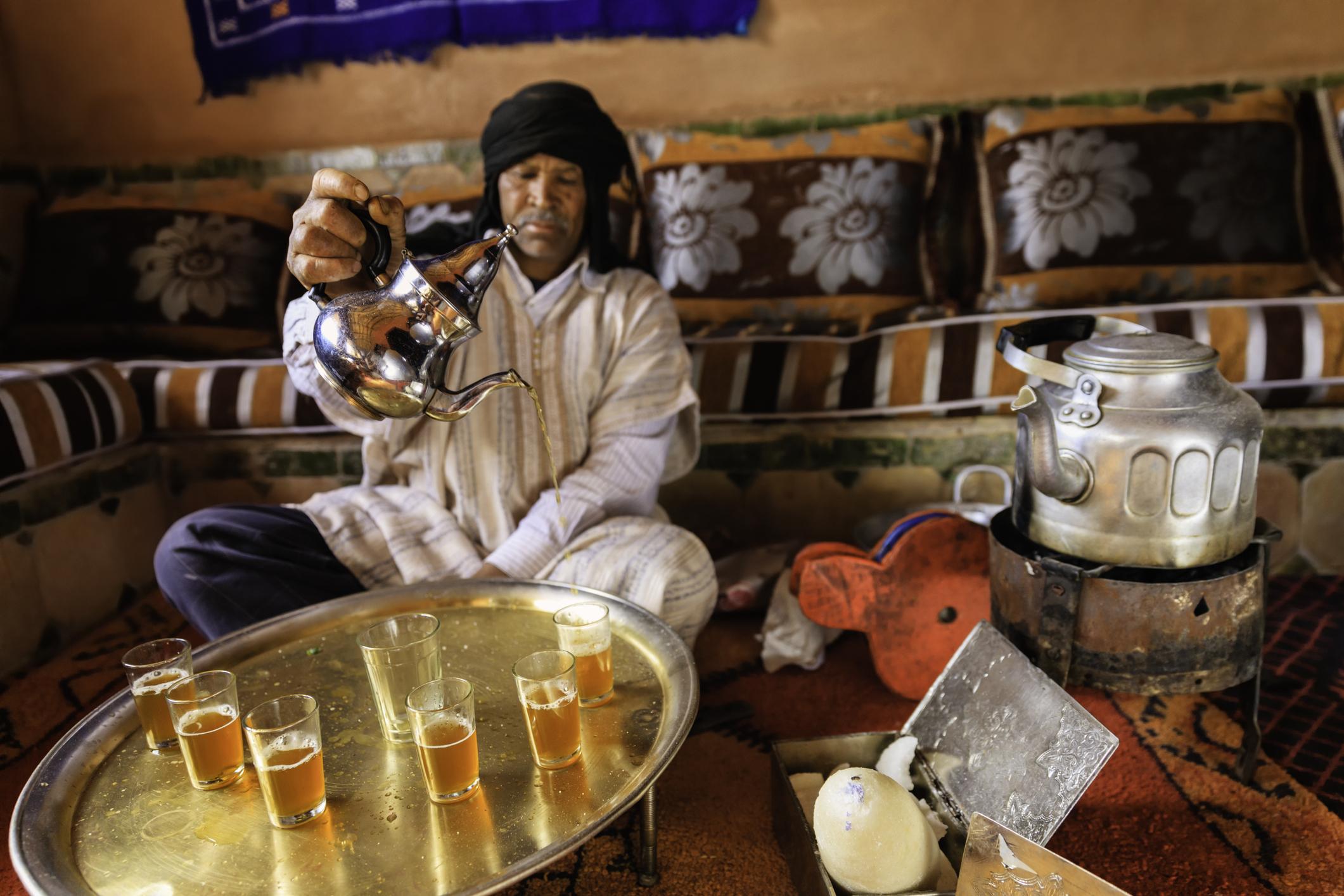 <p><strong>Берберите</strong></p>  <p>Берберите са етнос, който живее в Северна Африка и по-специално в Мароко, Алжир, Тунис и Либия. Известно е, че някои от тях имат светла кожа и светли очи, а от древни времена&nbsp;учените се чудят&nbsp;как тези племена са пристигнали на африканския континент.&nbsp;Според някои версии се смята, че берберите са били свързани с европейците&nbsp;от древни времена.&nbsp;Учените&nbsp;потвърждават, че първите заселници, окупирали Ирландия, са генетично идентични с берберите. Сравнително нова теория пък предполага, че келтският език в един момент е бил lingua franca, което означава, че е бил приет като общ език.</p>