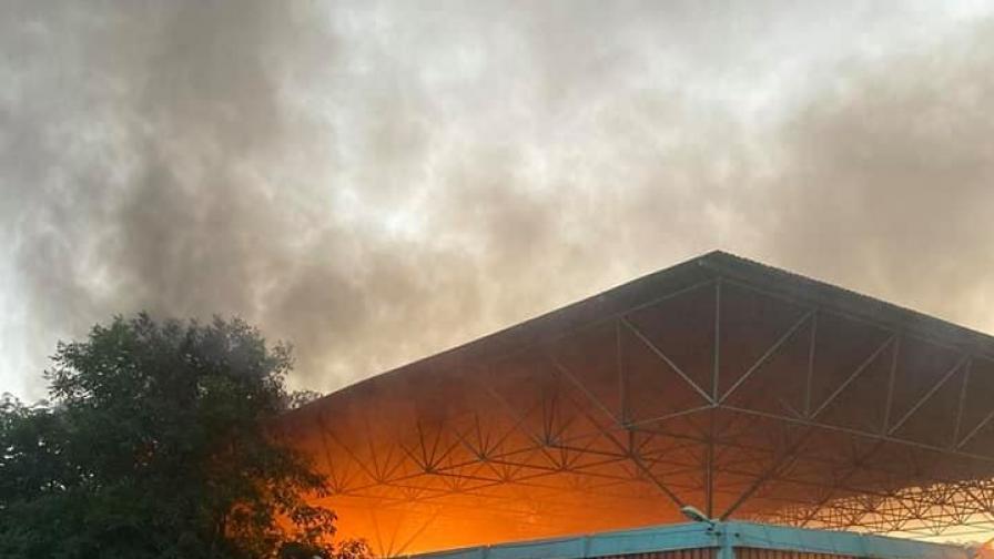 Голям пожар, горя пазарът в центъра на Перник