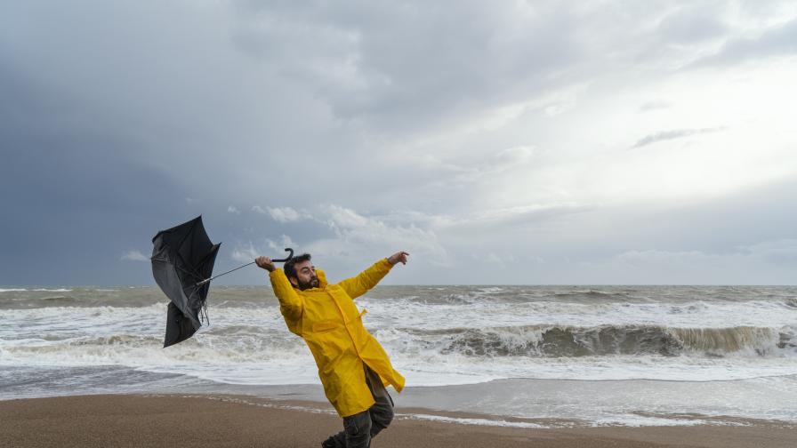 <p>Жълт код за силен вятър за Добрич, Варна и Бургас&nbsp;</p>