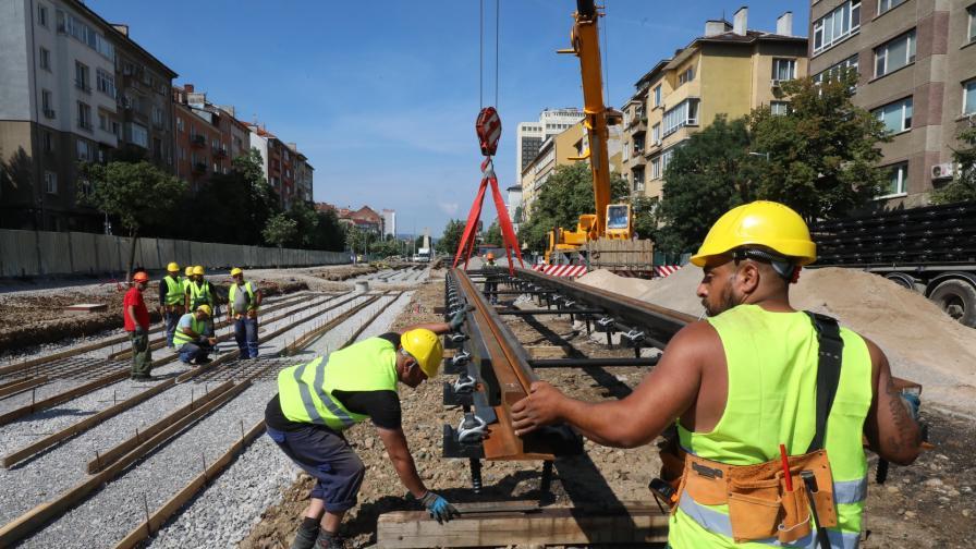"""Започна монтирането на трамвайните релси на пл. """"Македония"""""""