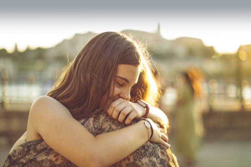 <p>Причината прегръдките да са толкова приятни е свързана с нашето усещане за допир. Това е изключително важно усещане, което ни позволява не само физически да изследваме света около нас, но и да общуваме с другите, като създаваме и поддържаме социални връзки.</p>