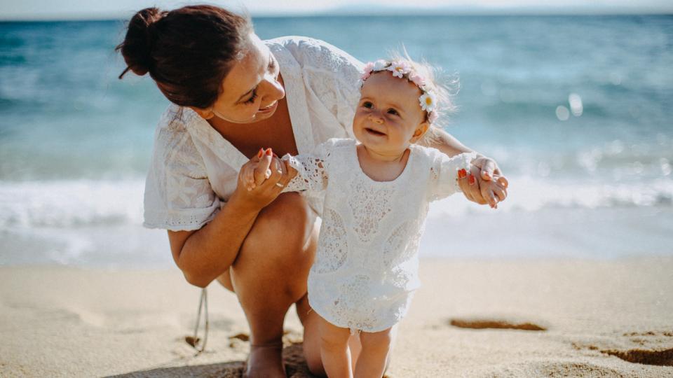 майка дете бебе море плаж слънце