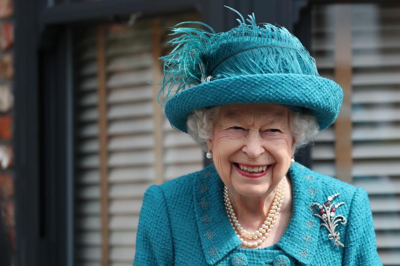 <p><strong>Кралицата пие по 4 чаши алкохол на ден</strong></p>  <p>През 2017 г. бившият личен готвач на кралицата Дарън Макгрейди погрешно се изказва, че кралицата пие по 4 коктейла на ден. Истината е, че той просто изброява любимите напитки на кралицата.</p>